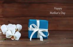 Orchidée et cadeau pour la maman Fond Le concept de la mère heureuse Images libres de droits