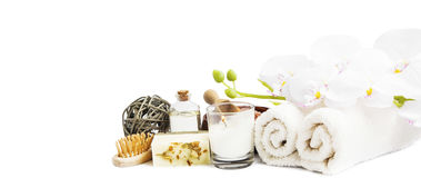 Orchidée et produits de station thermale sur le fond blanc Photos stock