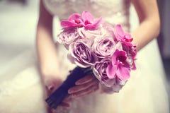 Orchidée et roses épousant le bouquet Image stock