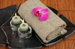 Orchidée sur la serviette Photographie stock libre de droits