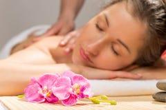 Orchidée sur une table de massage dans le coffret de station thermale Image stock