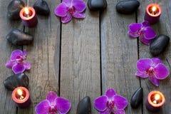 Orchidées et cadre de pierres de station thermale Images libres de droits