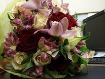 Orchidées roses dans le beau bouqette Photographie stock libre de droits