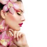 Κορίτσι με Orchid Στοκ φωτογραφίες με δικαίωμα ελεύθερης χρήσης
