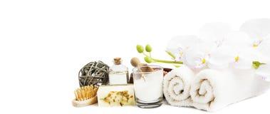 Orchidea e prodotti della stazione termale su fondo bianco Fotografie Stock