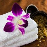 Orchidea sugli asciugamani Fotografie Stock
