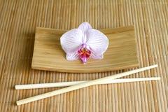 Orchideeën op abstract Aziatisch het voedsel uniek concept van de bamboemat Royalty-vrije Stock Foto's
