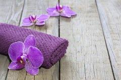 Orchidee auf kosmetischem abstraktem Hintergrund des Badekurortes der hölzernen Vorstände Lizenzfreie Stockbilder