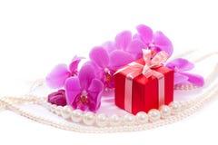 Orchidee Rosa Orchidee, Perlen-und eine auswendiges Kasten-MIT-einem Bogen stockfotos