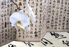 Orchidee- und Antikekalligraphie Stockfotos