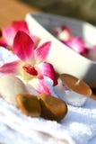 Orchidee und Kerzen für Badekurorteinstellung Stockfotos