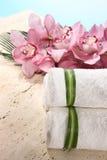 Orchidee und Tuch in der Badekurort-Bildschirmanzeige Stockfotos
