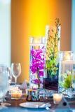 Orchideebelangrijkste voorwerpen op een lijst royalty-vrije stock afbeeldingen