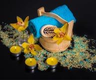 Orchideebloemen, overzees zout, kaarsen en voorwerpen voor KUUROORD Royalty-vrije Stock Afbeeldingen