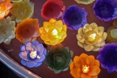 Orchideekaars met lichte vlotter op het water royalty-vrije stock fotografie