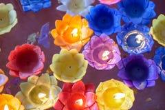 Orchideekaars met lichte vlotter op het water stock fotografie