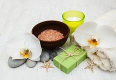 Orchideen, Kerze, Tuch und handgemachte Seife stockbilder