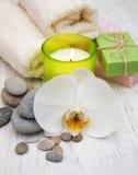 Orchideen, Kerze, Tuch und handgemachte Seife stockfotos
