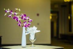 Orchideen-und Abwischen-Papierdekoration Lizenzfreie Stockfotos