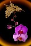 Orchideen- und Goldschmetterling Stockfoto