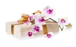 Orchideenblume und -Geschenkbox Stockbild