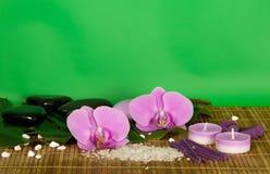 Orchideenblumen, Satz für Badekurort auf einem Bambusstoff Stockbild