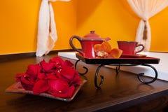 Orchideendekorations-Teesatz Stockbilder
