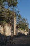` ORCIA, ITALIA del SAN QUIRICO D - 30 de octubre de 2016 - calle estrecha encantadora en la ciudad del ` Orcia de San Quirico d Imágenes de archivo libres de regalías