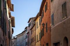 ` ORCIA, ITALIA del SAN QUIRICO D - 30 de octubre de 2016 - calle estrecha encantadora en la ciudad del ` Orcia de San Quirico d Foto de archivo