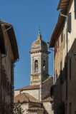 ` ORCIA, ITALIA di SAN QUIRICO D - 30 ottobre 2016 - via stretta affascinante nella città del ` Orcia di San Quirico d immagini stock libere da diritti