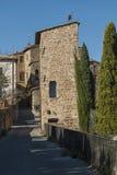 ` ORCIA, ITALIEN - OKTOBER 30, 2016 för SAN QUIRICO D - charmig smal gata i staden av San Quirico D ` Orcia arkivfoto