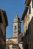 ` ORCIA, ITALIEN - OKTOBER 30, 2016 för SAN QUIRICO D - charmig smal gata i staden av San Quirico D ` Orcia royaltyfria bilder