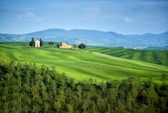 ` ORCIA, TOSCANE, ITALIE DE SAN QUIRICO D : Madonna des arbres de chapelle et de cyprès de Vitaleta dans la campagne toscane amén Image libre de droits