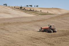 ` ORCIA, TOSCANE/ITALIE DE SAN QUIRICO D - 31 OCTOBRE 2016 : Homme non défini sur un tracteur dans le beau paysage toscan Images libres de droits
