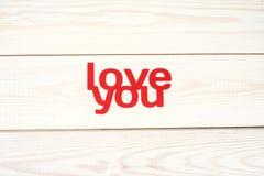 Ord älskar dig sned ut ur rött papper Royaltyfria Bilder