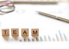 Ord av affären Team begrepp som samlas i korsordet med träkuber, vald fokus Arkivbilder