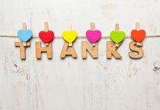 Ord av tack från träbokstäver på en vit bakgrund arkivfoto