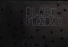 Ord BLACK FRIDAY klipps ut från svart lådapapper arkivbilder