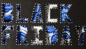 Ord BLACK FRIDAY klipps ut från svart lådapapper arkivfoto