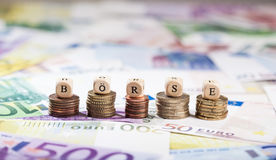 Ord Boerse på myntbuntar, kontant bakgrund Royaltyfri Foto