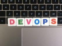 Ord DevOps på tangentbordbakgrund royaltyfria bilder