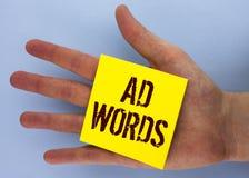 Ord för annons för textteckenvisning Det begreppsmässiga fotoet som annonserar en affär över av internetsökandet, resulterar förs royaltyfria bilder