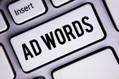 Ord för annons för textteckenvisning Det begreppsmässiga fotoet som annonserar en affär över av internetsökandet, resulterar förs royaltyfria foton