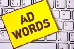 Ord för annons för textteckenvisning Det begreppsmässiga fotoet som annonserar en affär över av internetsökandet, resulterar förs arkivbild