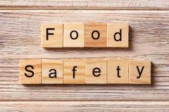Ord för matsäkerhet som är skriftligt på träsnittet Text för matsäkerhet på tabellen, begrepp Arkivfoton