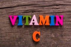 Ord för vitamin som C göras av träbokstäver arkivfoto