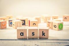 Ord` frågar ` wood kubik på trät royaltyfria bilder