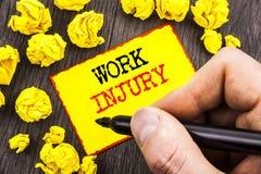 Ord handstil, textarbetsskada Affärsidé för dålig kroppolycka som nöd- skydd som är skriftligt vid den hållande markören för man  royaltyfria bilder