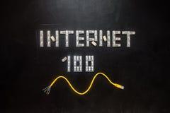 Ord & x22; Internet& x22; och tal & x22; 100& x22; , gjort av kontaktdon RJ45 Arkivbilder