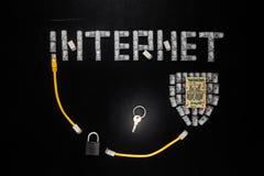 Ord & x22; Internet& x22; , sköld som göras av kontaktdon RJ45, hänglås och tangent Arkivfoton
